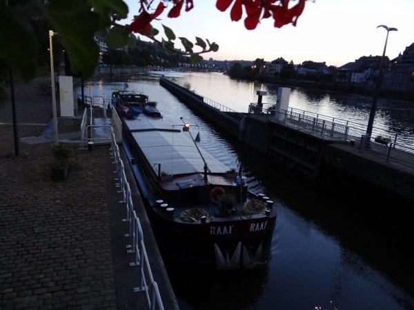 Après un week-end chargé en festivités, La Plante se réveille sous la pleine lune...  ;)   En première ce lundi 11 août 2014, le spits hollandais fleuri, RAAF, en provenance d'Anvers et à destination de Salaise-sur-Sanne avec 220t. d'engrais.