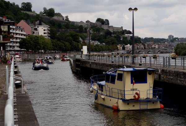 """Levé du jour sur la Meuse namuroise, le quai Régiment commando a fait le plein de plaisanciers. Bonne journée à tous  ;) 1er.à l'assaut de la Haute-Meuse, le voilier """"CHAOS"""" et son petit jardin de bord..."""