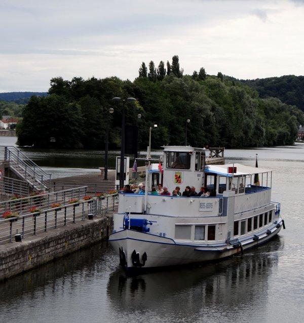 """Parmi les retours, des fidèles de Waulsort, Jean Blanken et son épouse du """"DE WITTE"""" rejoignent leur port d'attache à Maastricht    ;)   -"""