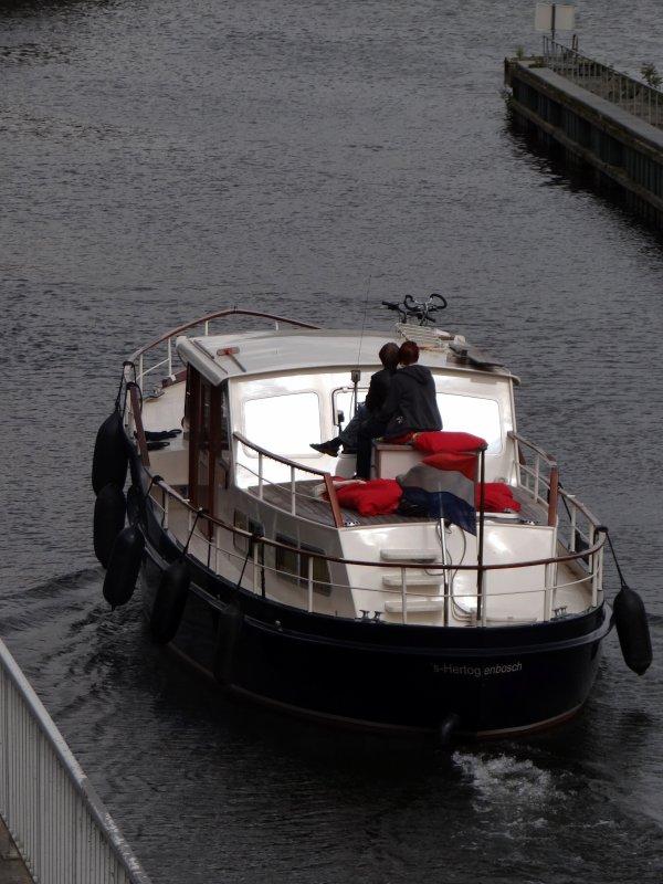 Bien que le trafic soit plus important entre la Meuse moyenne et la Sambre, la Haute-Meuse (ouverte de 6h à 19h30 du lundi au samedi et dès 9h. les dimanches estivaux mais pour la plaisance uniquement)  attend toujours son premier bateau, ce vendredi 22 août à 9h. ...  Après 3 jours de grève sur la Meuse française, réouverture ce matin, à l'écluse des Quatre Cheminées à Givet.