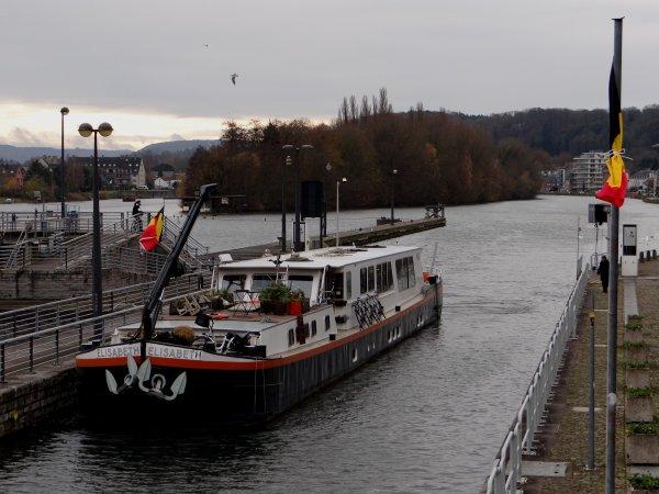 Bien que la navigation soit gratuite depuis 2006, le permis de circulation est obligatoire sur les Voies navigables de Wallonie!  A défaut, vous n'entrez pas dans les statistiques officielles!  Demandez votre n° de voyage au bureau d'émission le plus proche! (Grands-Malades pour Namur: VHF 18 ou 081/300557) - 6 jours de deuil national suite au décès de la Reine Fabiola ce 5 décembre 2014