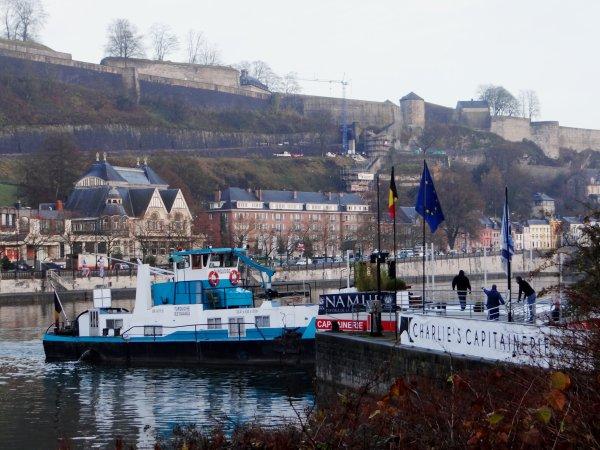 Le TURQUOISE procède à l'opération d'évacuation de la Capitainerie flottante du Port Henri-Hallet  (PAN > Charlie's Capitainerie)