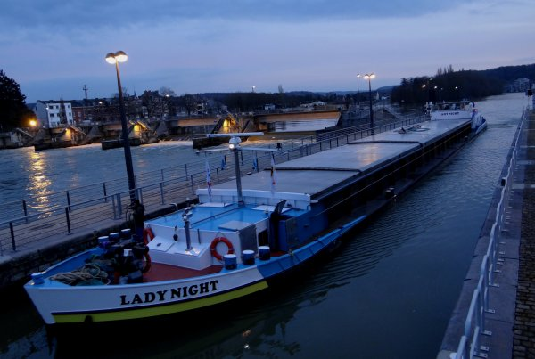 Avis urgent: nouvelle baisse d'eau annoncée dans le bief Tailfer-La Plante, le 10 et 11 mars de 7h30 à 17h00  -0,30 m. > Tirant d'eau réduit à 2,20m. pendant ces périodes! - Le retour de notre pirate d'eau douce vers Yvoir - Le français SHANNON évacue des terres de déblais de Givet vers Gand.- CINDY suivi de près par LADY NIGHT, le 8è. bateau du jour,  tout deux à destination de la brasserie de Lieshout.