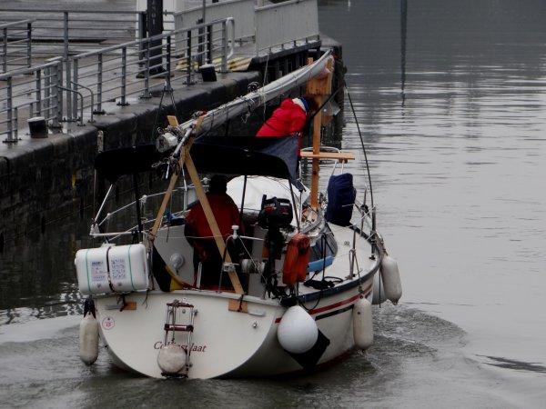 TIRANT D'EAU RÉDUIT (- 0,50 m.) dans la traversée de Namur, à partir du lundi 30 MARS...(voir avis à la batellerie du 24/03!)  -  Le voilier AD HOC à destination de la Grèce via Port Saint-Louis et le spits HEERENSCHIP depuis Reims vers Roermond parmi les sept bateaux de la pause matinale...