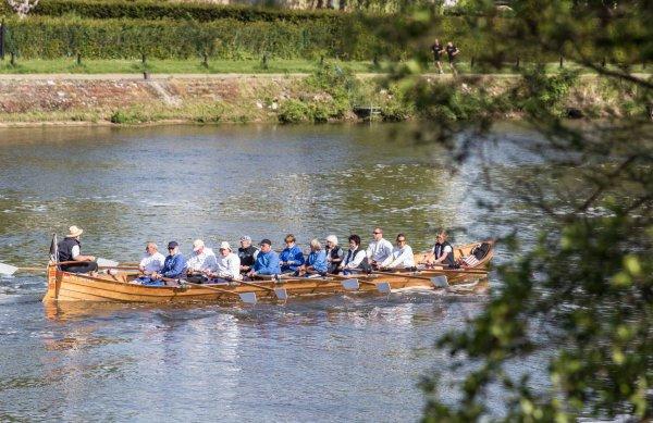 SALIER (D) une embarcation à l'aviron, hors norme, avec ses 14 randonneurs (rameurs et barreur), depuis la frontière française vers Huy  ;)
