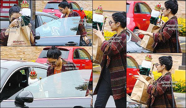 - 03/12/14 : Nessa a été photographiée quittant son magasin Walgreens avec son soldat de noël dans Los Angeles  J'aime beaucoup la tenue de Nessa. Je trouve que son jolie gilet et son bas s'accorde vraiment a la perfection avec son chignon et ses lunettes -