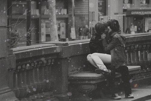 Je sais que je commence à trop m'attacher à toi et que tu pourrais très bien me briser le coeur, mais je me laisse faire. Si je dois me faire biser le coeur autant que ce soit par toi.