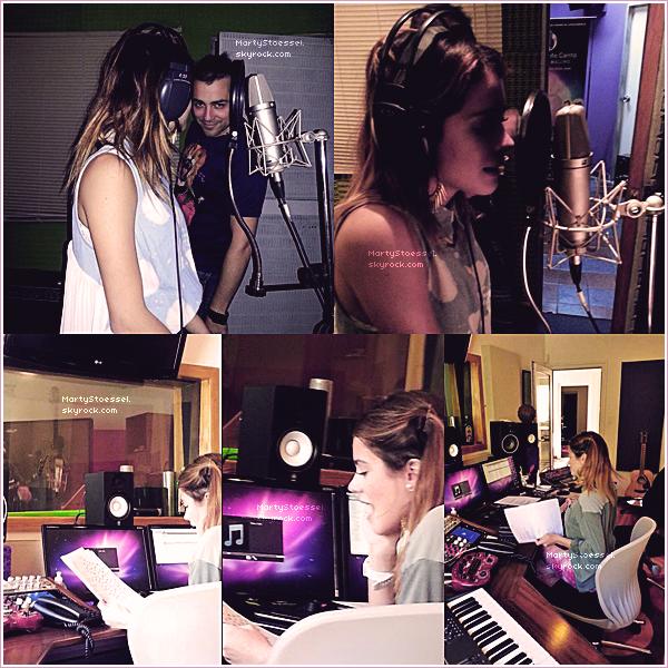 Martina en train d'enregistrer une nouvelle chanson.