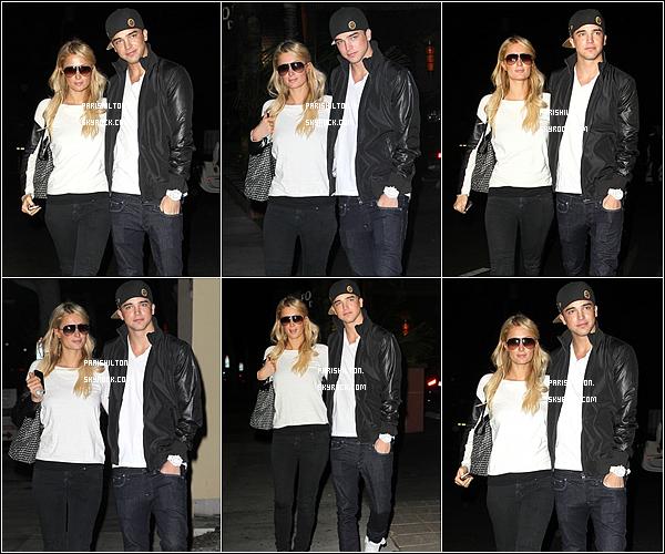 - Paris est de sortie ! arrivant à l'aéroport LAX le 03 Novembre à Los Angeles.-