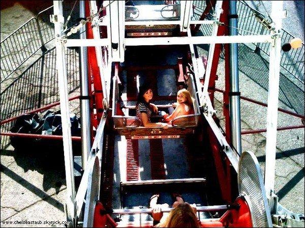 Chelsea a posté cette photo d'elle & Nicole à Luna Park sur son compte twitter.