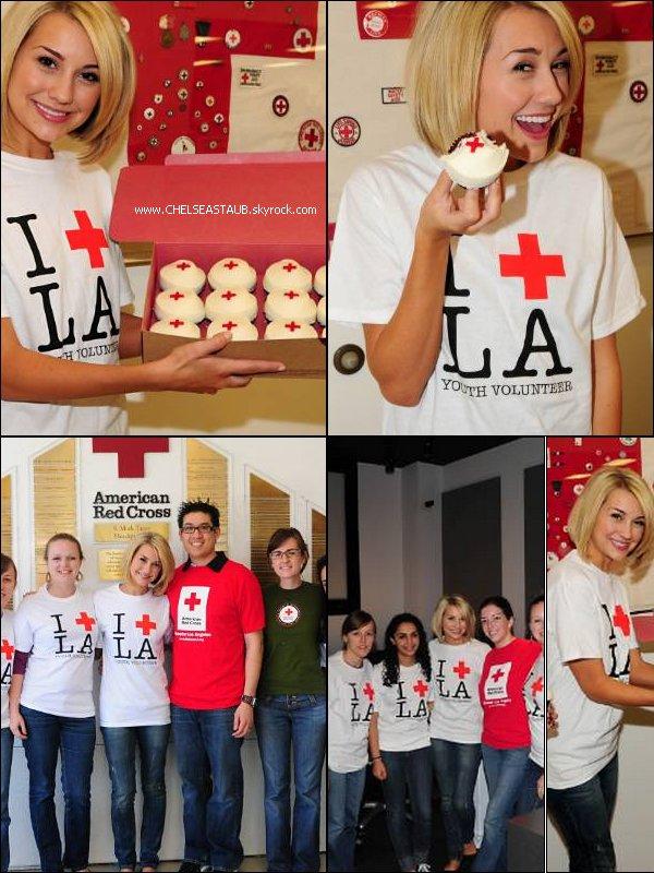 - 09/04 - CHELSEA RENDAIT VISITE A LA CROIX ROUGE DE LOS ANGELES.-