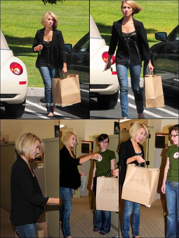 - 09/04 - CHELSEA ARRIVE A LA CROIX ROUGE DE L.A, POUR DONNER DES AFFAIRES. -