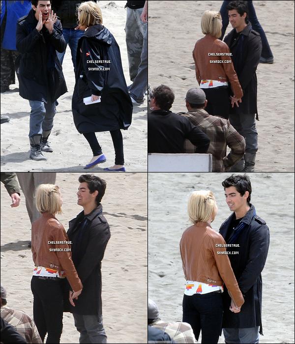 - 21/04 - CHELSEA & JOE JONAS SUR LE TOURNAGE DE JONAS A LONG BEACH (CA). -