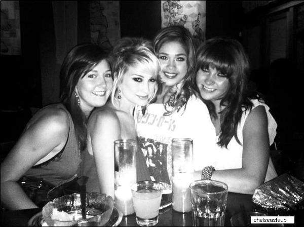 .  « C'est si bon d'être réunis ! Joyeux vingtième anniversaire Nicole ! Dîner avec des amis proches. » C'est le message accompagné de cette photo qu'a posté Chelsea sur son twitter le 29 août dernier lors de l'anniversaire de Nicole..