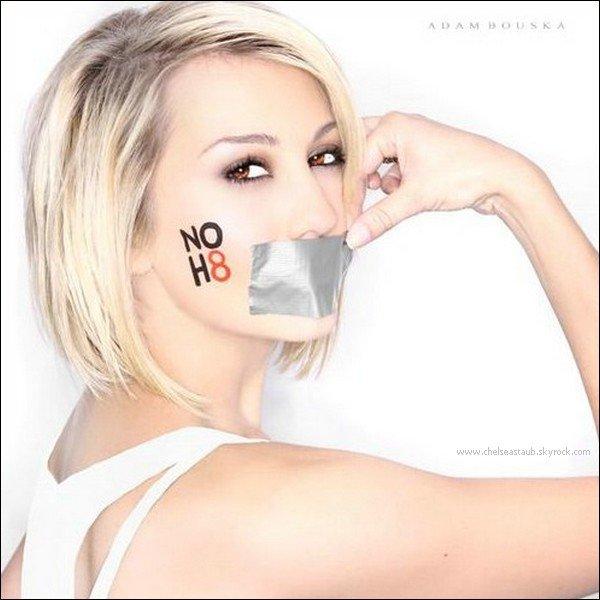 Chelsea pose pour la campagne américaine  « No H8 »*, en faveur du mariage homosexuel en Californie. Photo de Adam Bouska.Découvrez la vidéo de l'interwiew de Chelsea et  sa co-star Nicole Anderson pour le site Fanlala.com,  « Fanlala 1 to 1» ici. Elle répondent aux questions des internautes. (voir article associé).