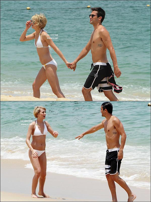 LE 20 JUIN 2011 - CHELSEA & STEPHEN BATIFOLENT EN AMOUREUX SUR UNE PLAGE MEXICAINE.