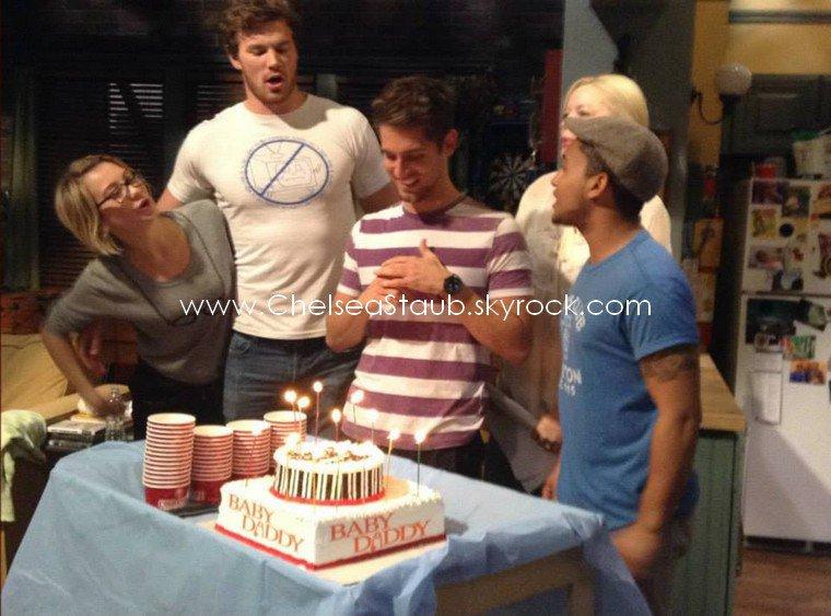 * Le 4 novembre 2013, Chelsea et les membres du casting de Baby Daddy fêtaient le vingt-troisième  anniversaire de leur co-star Jean-Luc Bilodeau sur le tournage de la série.