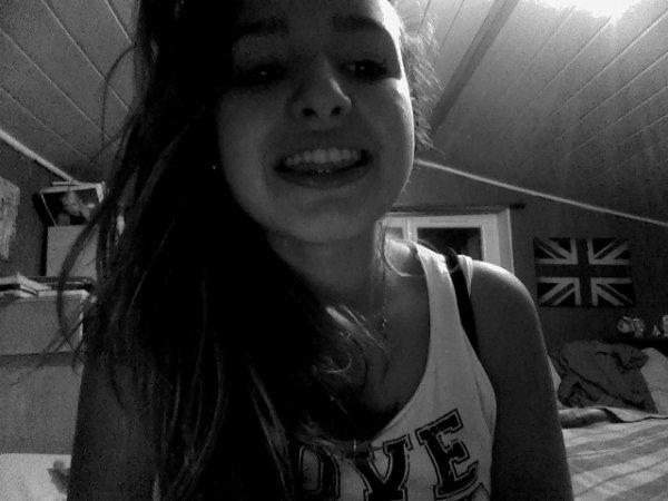Tu vois ce sourire? Ce n'est que le reflet de mon mensonge..