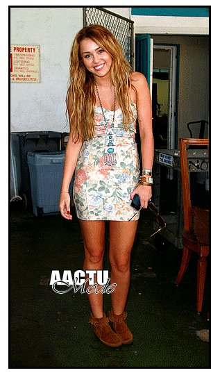 ● Miley Cyrus ● Coup de coeur sur la tenue et vous qu'en panssez vous ?