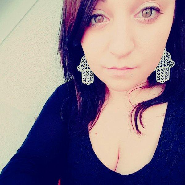 On dit que tout passe par un regard, alors je t'en supplie, ouvre tes yeux, plonge les dans les miens, et regarde. Regarde combien tu me manques. Regarde combien Je t'aime. Combien c'est dure pour moi. Combien je souffre de ton absence. Ouvre tes yeux, juste une dernière fois..
