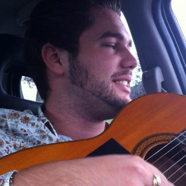 moi en chantan avec ma guitare lol