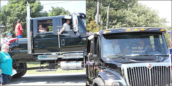 04/07/2013 : Mila et son petit-ami Ashton Kutcher ont été vus à la parade du Johnson à Oxford. Mignons !