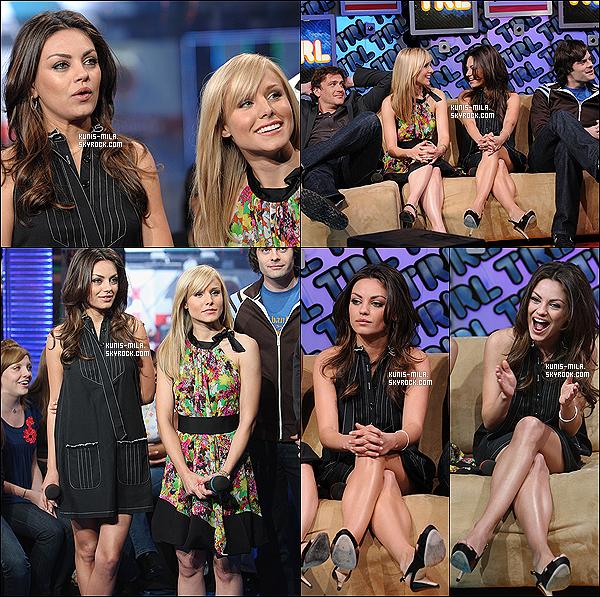 """* 15/04/08 : Mila était présente au TRL d'MTV avec ses co-stars pour promouvoir leur film """"Sans Sarah, rien de va"""". En même vous pouvez découvrir une Mila Kunis essayant une pose très bizarre devant les objectifs, mais bon ça c'était avec qu'elle est l'habitude ! *"""