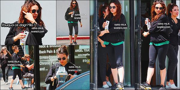 """"""" 23/04/14 : Mila Kunis a été photographiée alors qu'elle quittait son cours de pilates situé dans - Los Angeles. Puis, Mila est allée manger des falafels avec une amie dans Los Angeles. Il n'y a pas de photos de cette sortie. Côté tenue, c'est un petit top !  """""""