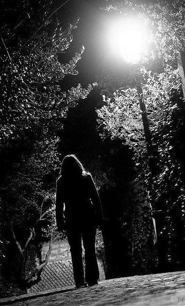 Perdue dans les soirées  Seule au milieu des loups  Tu t'enfonces  Au bord des précépices  Tu cherches les réponses  Aux abîmes de feu  De la cime tes yeux A mon âme s'unissent Tu ressembles au naufrage que j'ai fait autrefois,  Que j'ai fait trop de fois Que j'ai fait avec toi   Dis, on le refera ?  Dis, on le refera ?  Aller, jure, allez crache Qu'on le refera! (Saez)
