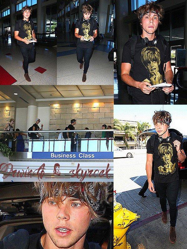 .Candids Ashton ainsi que le reste du groupe ont étaient entre-aperçue arrivant à l'aéroport de LAX, à Los-Angeles .