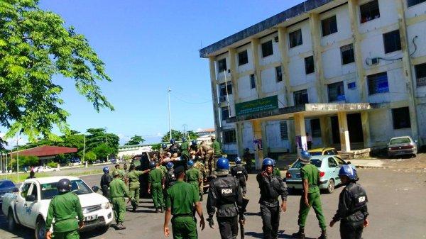 Un rassemblement interdit. Des militaires armés jusqu'aux dents.