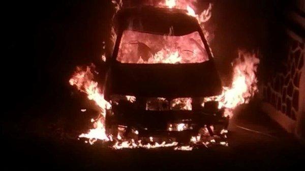 Des véhicules de service brûlés