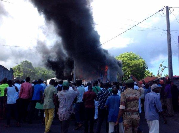 Le magasin OPAL près de la mosquée Al-Qasm à Moroni vient de prendre feu
