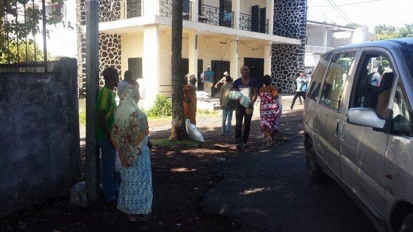Un local des produits alimentaires destinés aux nécessiteux est attaqué par le peuple