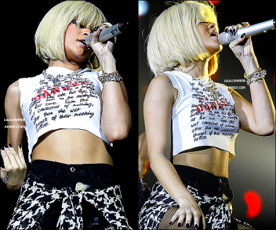 Rihanna , Officiellement BLONDE était à l'O2 Arena de Londres au Jingle Bell Ball. Elle a performé only Girl (In The World) , s&M , what's My Name , california King Bed , umbrella , ainsi que , we Found Love !