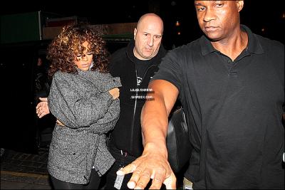 04/11/11 : Notre belle Rihanna qui semblait avoir très froid , a été aperçue quittant son hôtel à Stockholm . 31/10/11 : Quelques jours auparavant Rihanna a été aperçue retournant à son hôtel à Stockholmen ,Suède. .
