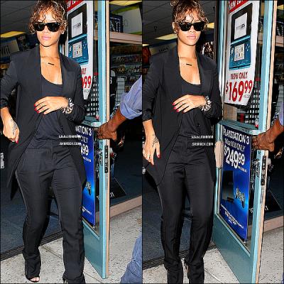03/09/11 : Rihanna a été aperçue en présence de son frère Rajad faisant du shopping. Top|Flop la tenue ? .