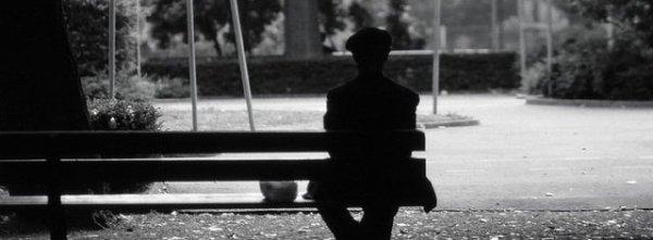 """"""" Il était bien trop solitaire pour tendre la main à cette fille aussi seule que lui. On est toujours seul, seul dans la vie, on se croise sans se voir comme perdu dans le noir ..."""