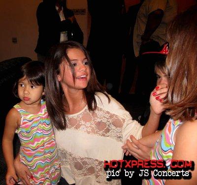 19/04/2012 SELENA GOMEZ & JUSTIN BIEBER RENCONTRENT LEURS FANS À L'HÔTEL KL HILTON