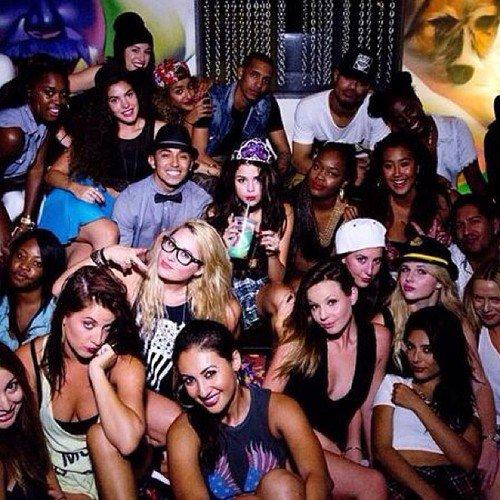 Selena était à une fête avec Lily Collins + elle a dévoilé un clip de Birthday lors de son anniv' et il y a des photos + elle a été vu sortant d'un studio