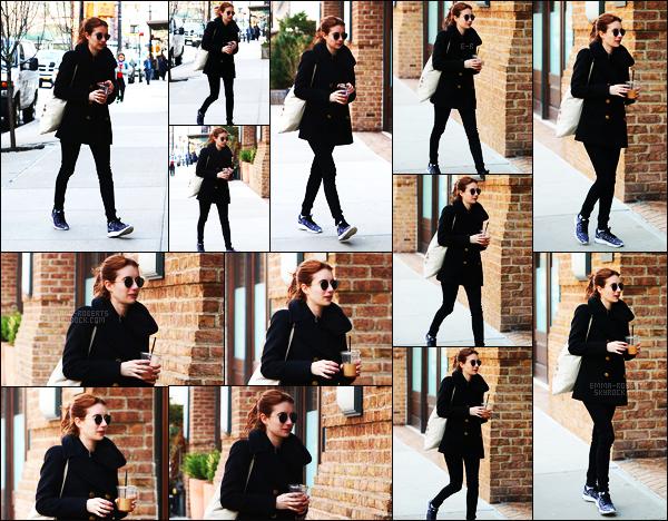 . 02/04/17 -Emma Roberts, toujours une boisson à la main a été aperçue dans les rues de Tribeca, New York. Tenue totalement noire pour Emma, je trouve que ça lui va plutôt bien. Je lui accorde donc un petit top. Que pensez-vous de cette tenue? .