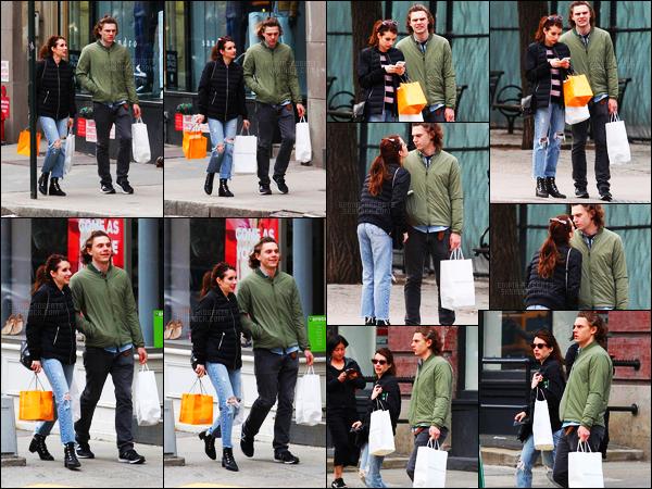 . 23/04/17 -  Emma Roberts et son fiancé Evan Peters ont été vus faisant les boutiques dans New York City Petite sortie du couple sous le ciel gris de New York, nous pouvons voir un petit moment bisou entre les deux amoureux. Un bof ! .