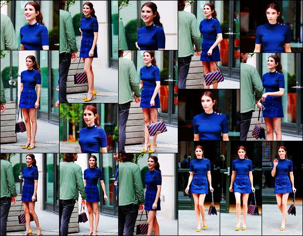 . 20/04/17 - Notre sublimeEmma Roberts a été vue dans une tenue bleu roi, dans les rues de New York City ! C'est dans une sublime tenue bleu roi jumelée de talons jaunes que la jolie brune a été aperçue hier dans les rues de New York, gros top. .