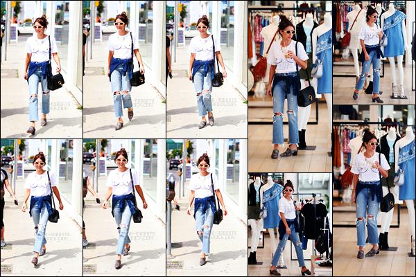 . 13/04/17 -Emma Roberts a été aperçue lors d'une nouvelle journée shopping chez«Rebecca Minkoff»à LA ! C'est toute mignonne que notre Emma favorite a été photographiée dans une tenue un peu grunge faisait les boutiques de Los Angeles, top .
