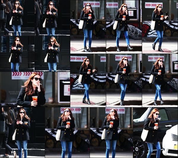 . 30/03/17 -Emma Roberts a été photographiée prenant un peu de bon temps, dans les rues de New York City. Cigarette et boisson à la main, la belle actrice se promenait seule, dans les rues de New York. Sa tenue est simple, c'est donc un petit top  .
