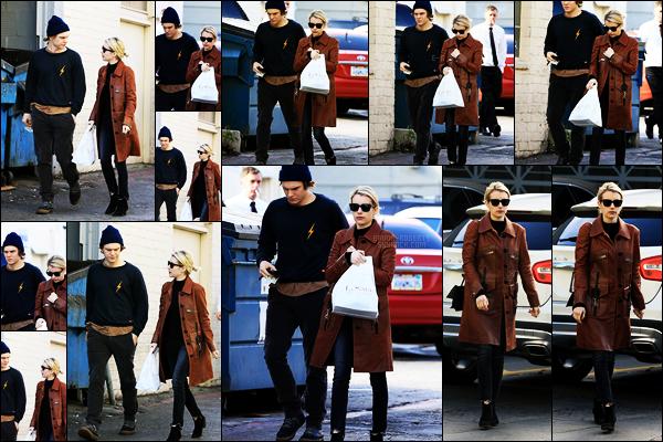 . 24/01/17 -Emma Roberts et Evan Peters sont allés prendre leur déjeuner dans Porto Villa, à Beverly Hills. CA Encore une sortie en amoureux pour notre plus grand plaisir. Je trouve la tenue de Emma vraiment très jolie, elle lui va à ravir, un joli top ! .