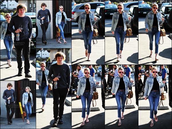 . 26/01/17 -Emma Roberts accompagnée de son fiancé Evan Peters allant déjeuner dans Los Feliz, Californie C'est une très jolie sortie entre les deux amoureux que nous avons droit, j'adore les voir ensemble.. Pour la tenue, c'est un top selon moi ! .