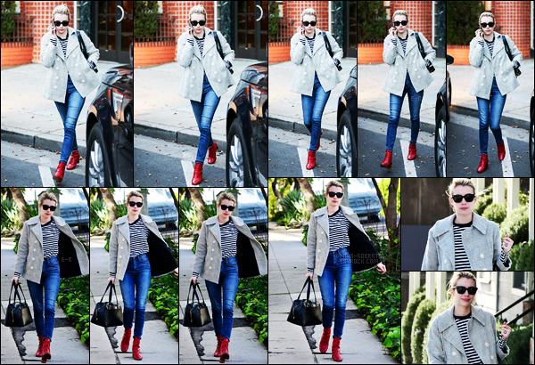 . 19/01/17 -Emma Roberts a été photographiée alors qu'elle se baladait seule, dans les rues de Beverly Hills ! C'est une jolie petite tenue que nous offre miss Roberts, j'aime beaucoup l'ensemble. Ses bottes rajoutent une touche de couleur, un top ! .