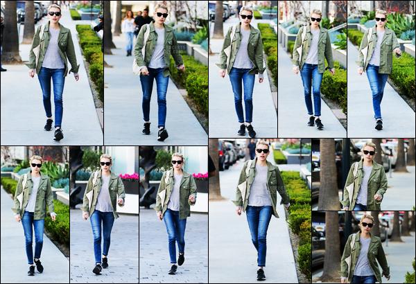 . 17/01/17 -Emma Roberts a été aperçue faisant ses courses alors qu'elle se trouvait à West Hollywood ! (CA) La tenue reste dans le style habituel de miss Emma. Pour ma part, je ne suis pas fan des chaussures, mais j'aime bien le reste. Petit top .