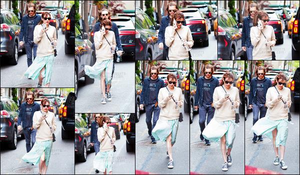 . 30/04/17 - Emma Roberts a été aperçue avec Evan Peters faisant une petite balade dans la ville de New York C'est donc sous le ciel gris de New York que Emma et son fiancé ont été aperçus dans les rues de New York. Pas fan de la tenue d'Emma .